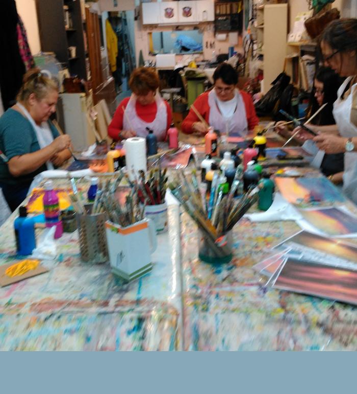 חברות חוגגות יום הולדת בציור