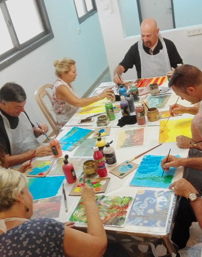 קבוצה עסקית מציירת